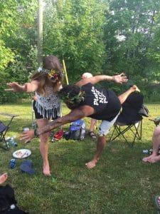 Juliane and Fabian en faisant le yoga